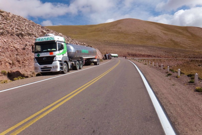 Argentina - Not good ... a huge truck carrying liquid gas had overturned at the summit ...